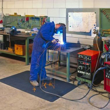 10.00.01.02_Gelenkschonmatte_Schweissarbeitsplaetze_hochtemperatur_arbeitsplatzmatte_industrial_anti_fatigue_matting_for_welding_areas_RAW_International